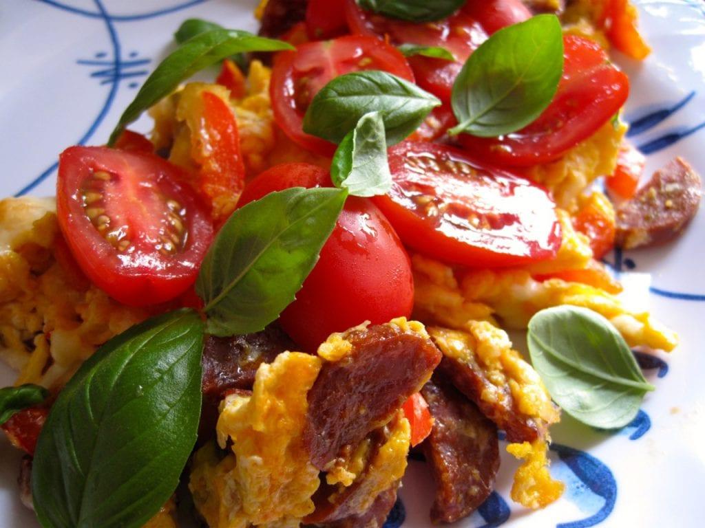 Chorizo med æg og ost